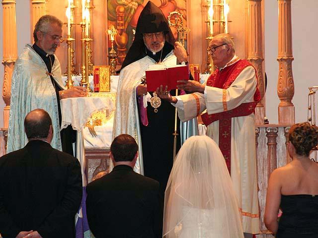 le prtre passe les anneaux aux doigts des poux - Religion Armenienne Mariage